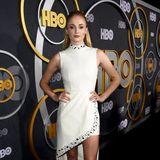 Sophie Turner hat ihr zartes Satin-Kleid gegen diesen sexy Party-Look in Weiß eingetauscht.