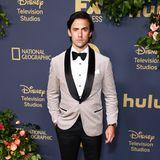 Nude steht ihmgut: Milo Ventimiglia hat sich für die Emmy-Party von Disney mal was anderes als Schwarz ausgesucht.