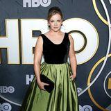 Melissa Joan Hart wirkt in ihrem olivgrünen Satin-Look selbst etwas unsicher.