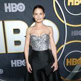 Im Pailletten-Bustier und mit seidig glänzender Rock-Hosen-Kombi macht Jennifer Morrison bei der HBO-Party Eindruck.
