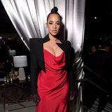 """""""OITNB""""-Star Dascha Polanco macht in rot-schwarzer Blazer-Dress-Kombi die Party von Netflix unsicher."""