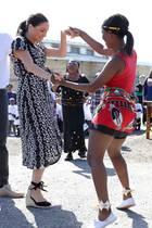 Herzogin Meghan tanzt ausgelassen.