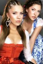 Victoria Swarovski und ihre jüngere Schwester Paulina lassen sich das Oktoberfest 2019 nicht entgehen und hüllen sich in sexy Dirndl. Mit aufwendigen Flechtfrisuren und großen Ohrringe ziehen sie außerdem die Blicke der anderen Gäste auf sich.