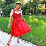 Valentina Pahde sieht rot – zumindest was ihr Dirndl für den Oktoberfest-Besuch angeht. Rote Lack-Ballerinas und ein schwarzer Wildleder-Haarreifen machen den GZSZ-Star zum Highlight auf der Theresienwiese.