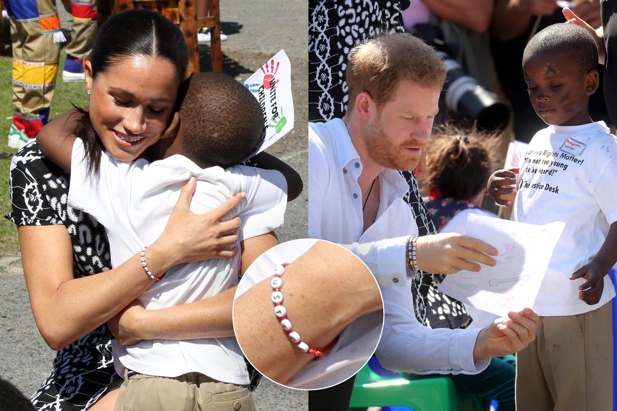 """Meghan und Harry zeigen sich beim Besuch der """"Justice Desk""""-Initiative mit Armbändern, dessen Perlen das Wort """"Justice"""" (dt. Gerechtigkeit) ziert."""