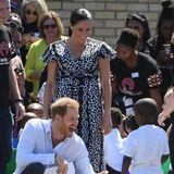"""Prinz Harry + Herzogin Meghan: """"Ein bisschen Spaß muss sein!"""" Harry scherzt ausgelassen mit einem kleinen Jungen und begibt sich erst einmal auf Augenhöhe."""