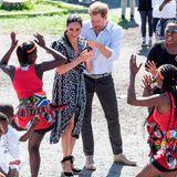 Prinz Harry + Herzogin Meghan: Tag 1 Der erste Termin ihrer Afrika-Reise führt Herzogin Meghan und Prinz Harry in die Township Nyanga in Kapstadt. Noch reagiert die frischgebackene Mutter zurückhaltend auf die Tänzerin ...