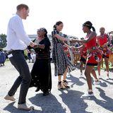 Prinz Harry + Herzogin Meghan: Auch Prinz Harry schwingt bei dem Besuch der Township das Tanzbein. Allerdings nur kurz. Offensichtlich steht ihm nicht der Sinn danach, mit der Hüfte zu wackeln. Das überlässt er lieber seiner Frau und den Tänzerinnen.
