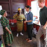 """Prinz Harry + Herzogin Meghan: In der gemeinnützigen Küche des """"The Lunchbox Fund"""" sprechen Meghan und Harry mit Helfern, die täglich gesunde Malzeiten für wohltätige Projekte in den Townships bereitstellen."""