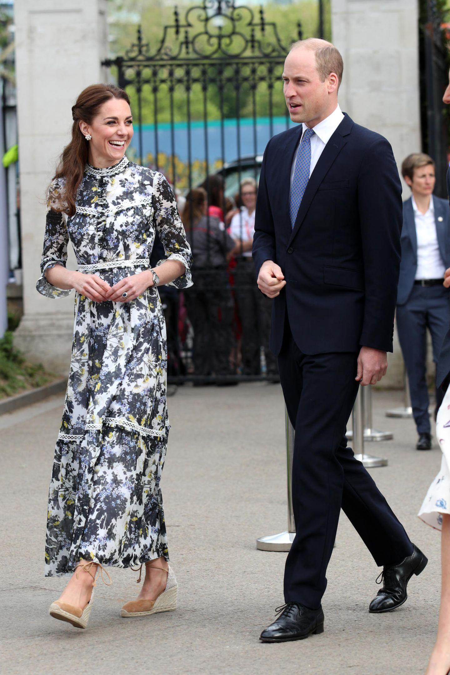 """Auch Herzogin Catherine ist seit Jahren großer Fan des Modells, besitzt die """"Carina""""-Sandale in einem hellen Braunton. Obwohl die Queen Keilabsätze unangemessen findet, sind die 85-Euro-Schuhe perfekt für Termine, bei denen sich die Herzoginnen auf unebenem Boden bewegen oder eventuell hinknien müssen. Vielleicht ein Tipp, den Kate an Meghan weitergeben konnte?"""