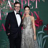 In einer Robe von Armani Privéstrahlt Livia Firth bei den Green Carpet Fashion Awards in Mailand. Schick gemacht hat sich auch ihr Mann, Schauspieler Colin Firth. Er schreitet in einem Anzug von Tom Ford über den Red Carpet.