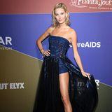 In einem schulterfreien Glitzer-Dress von Tony Ward begeistert Mandy Bork die Fotografen am Red Carpet der amfAR-Gala in Mailand. Ihr langer Rock samt Schleppe garantiert der Blondine einen Wow-Auftritt und betont ihre trainierten Beine.