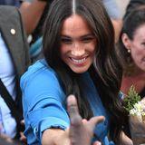 Prinz Harry + Herzogin Meghan: Auf dem Weg zur Besichtigung des District Six Museums in Kapstadt nimmt sich Meghan Zeit, um mit den einheimischen royalen Fans in Kontakt zu kommen.
