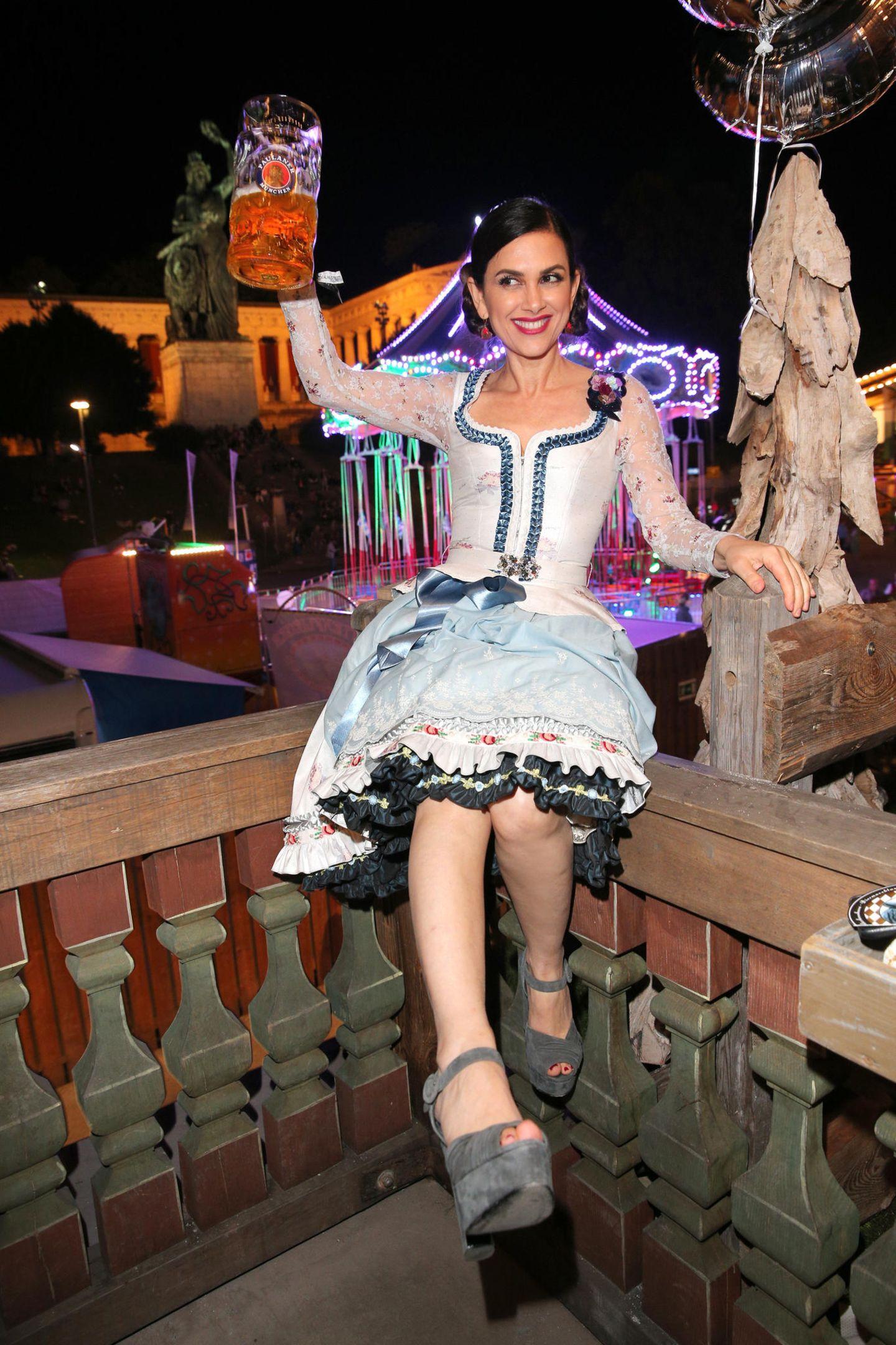 Bitte nicht fallen! Für ein schönes Foto posiert Victoria Lauterbach auf einem Geländer sitzend.