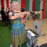 Schauspielerin Jutta Speidel übt sich imArmbrustschießen.