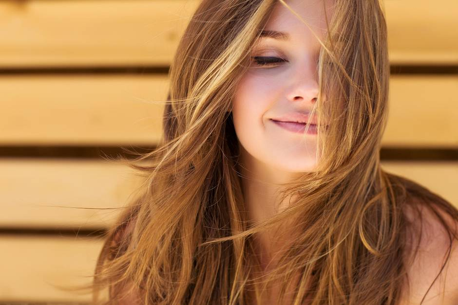 gepflegtes Haar, schönes Haar, Haarpflege, gesunde Haare, junge Frau