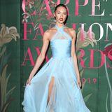 Wie eine Ballerina sieht Candice Swanepoel aus, als sie mit ihrem blauen Traum aus Tüll die Green Carpet Fashion Awards besucht. Knallrote High Heels und rote Lippen sorgen für einen schönen Farbkontrast und verleihen dem Topmodel-Look zusätzlich Dramatik.