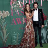 Mit LoverNicolo Oddi im Arm und einer Robe von Etro am Modelkörper schreitet Alessandra Ambrosio über den grünen Award-Teppich. Die Schleppe des Kleid garantiert ihr einen spektakulären Auftritt.