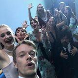 """23. September 2019  Die Schauspielkollegen von """"Game of Thrones"""" können nach ihrem Emmy-Gewinn noch einmal ordentlich gemeinsam feiern. Etwas wehmutig, dass das aber nach Ende der Serie nun vorbei ist, postet Alfie Allen dieses witzige Party-Selfie der Crew."""