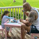 """Da wird selbst der härteste Brocken weich: Dwayne """"The Rock"""" Johnson nimmt die Einladung seiner Tochter zur gemeinsamen Tea-Time auf der Terrasse gerne an."""
