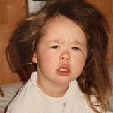 Aurora Ramazzotti  Recht irritiert schaut die kleine Aurora drein als sie scheinbar aus dem Schlaf gerissen wird.Beim Aufwachen fotografiert werden, möchte ja auch wirklich niemand. Aber zum Glück haben Mama Michelle Hunziker und Papa Eros Ramazzotti diesen lustigen Schnappschuss für sie aufgehoben.