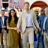 Prinz Harry + Herzogin Meghan: Am Heritage Day wird die kulturelle Vielfalt Südafrikas gefeiert. Entspannt und mit Blümchen im Haar genießen Meghan und Harry diese tolle Stimmung.
