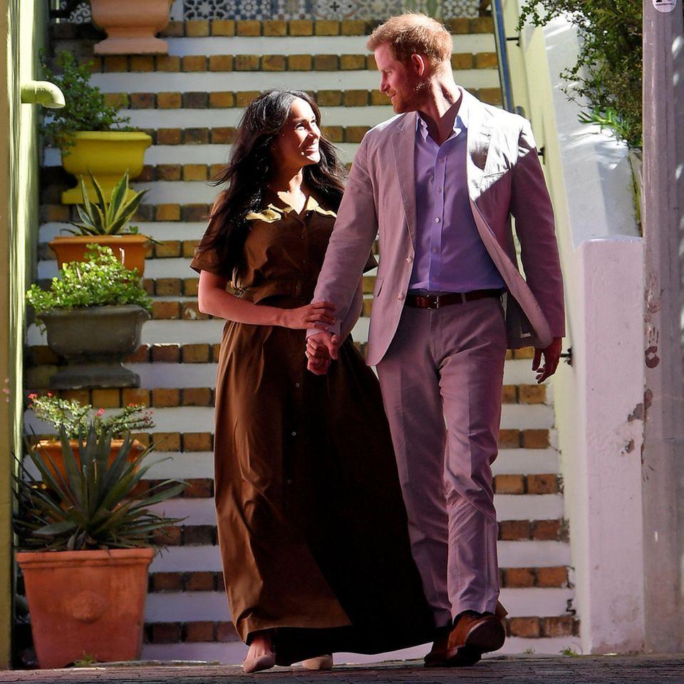 Verliebt schlendern Meghan und Harry nach dem Moschee-Besuch durch Bo-Kaaps bunte Straßen.
