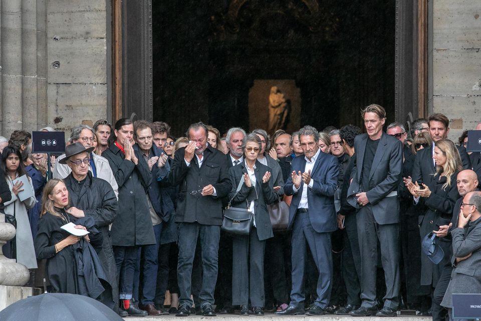 """Regisseur Wim Wenders, seine Frau Donata, Schauspielerin Charlotte Rampling,""""Vogue""""-Chefin Anna Wintour und Hollywood-Star Bradley Cooper bei Peter Lindberghs Beisetzung in Paris"""