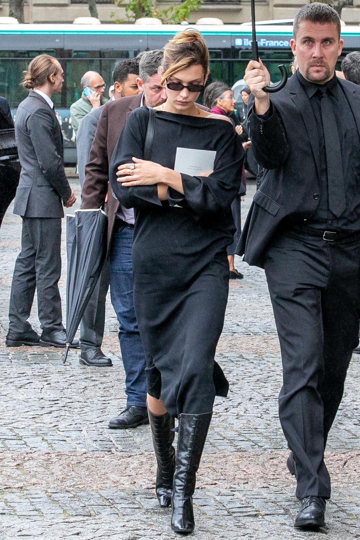 Auch ihre Schwester Bella Hadid hat den Blick betrübt nach unten gerichtet.
