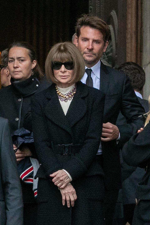 """Hinter """"Vogue""""-Chefredakteurin Anna Wintour steht Hollywood-Schauspieler Bradley Cooper."""