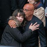 Milla Jovovich wird von dem Fotografen Jean-Baptiste Mondino getröstet.
