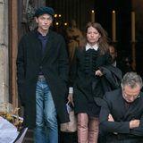 Der französische Sänger Raphaël Haroche und die Schauspielerin Mélanie Thierry kommen aus der Kirche.