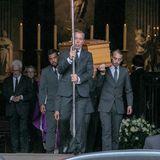 Nach der Trauerfeier wird der Sarg aus der Kirche getragen.