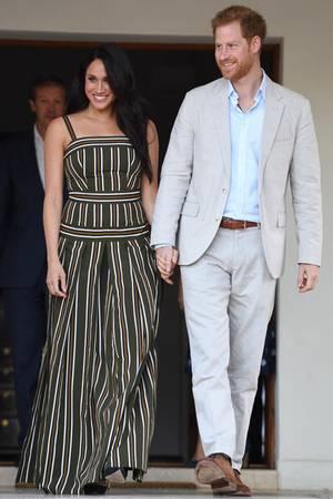Abends zeigt sich Herzogin Meghan in einem gestreiften Kleid von Martin Grant.