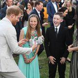 """Prinz Harry + Herzogin Meghan: Harry und Meghan kommen im Rahmen der Veranstaltung """"Young People, Community and Civil Society Leaders"""" mit den jungen Gästen ins Gespräch. Und Prinz Harry freut sich riesig über das Stofftier, das er für Baby Archie entgegen nimmt."""