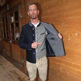 Joko Winterscheidt präsentiert sein zünftiges Wiesn-Outfit.