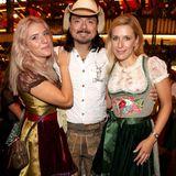 Stefanie Hertel (rechts) wir von ihrer TochterJohanna Mross und Ehemann Lanny Lanner zum Oktoberfest begleitet. Dabei entsteht Verwechslungsgefahr! Das fesche Mutter-Tochter-Gespann könnte glatt als Geschwister durchgehen.