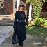 """""""Sechs Monate nach der Geburt und rund 50 Kilo leichter"""", kommentiert Jessica Simpson dieses Foto auf Instagram. Die Dreifach-Mama zeigt sich von Kopf bis Fuß in einem schwarzen Look und betont ihre schlanke Taille mit einem stylishen Ledergürtel. Ihren großen Abnehmerfolg verdankt sie Star-Fitnesstrainer Harley Pasternak, der sie mit regelmäßigen Workouts trainiert und ihre Ernährung umstellt."""
