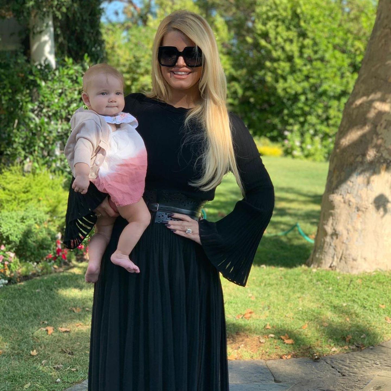 """Kurz vor der Geburt ihres dritten Kindes, Tochter Birdie Mae, im März 2019 wiegt die schwangere Jessica rund 110 Kilo. Davon ist rund sechs Monate später keine Spur mehr: """"Ich bin so stolz darauf, wieder ich selbst zu sein"""", erklärt die Sängerin auf Instagram."""
