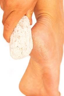 Mit einem Bimsstein kann man verhornten Stellen an den Füßen zu Leibe rücken.
