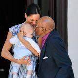 Prinz Harry + Herzogin Meghan: Zur Begrüßung gibt es auch ein Küsschen von Desmond Tutu, dem Friedensnobelpreisträger und ehemaligen Erzbischof von Kapstadt.