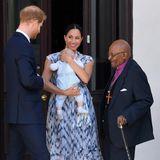 Eine niedliche Premiere: Baby Archie absolviert seinen ersten offiziellen Auftritt in einem niedlichen Einteiler von H&M und auch Herzogin Meghan strahlt. Sie trägt ein blau-weiß gemustertes Kleid von Club Monaco.