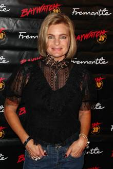 """Zum 30-jährigen Jubiläum der Kultserie erscheint Erika Eleniak, die Mutter einer 2006 geborenen Tochter ist, immer noch strahlend schön auf dem roten Teppich. Der Erfolg als Schauspielerin blieb jedoch nach ihrem """"Baywatch""""-Ausstieg aus."""
