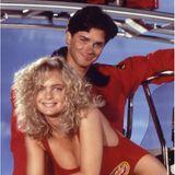 """Erika Eleniak spielte die sexy Rettungsschwimmerin """"Shauni McClain"""". In der Serie und im wirklichen Leben war sie zeitweise mit ihrem Co-Star Billy Warlock liiert. Wegen ihm verließ sie nach zwei Staffeln die Serie und machte damit Platz für Pamela Anderson."""