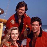 """Parker Stevenson (hinten) verkörperte in der ersten Staffel """"Craig Pomeroy"""". Ebenso war er dem TV-Publikum durch seine Rolle in """"Fackeln im Sturm"""" bekannt. Von 1983 bis 1997 war Stevenson mit Schauspielkollegin Kirstie Alley verheiratet."""