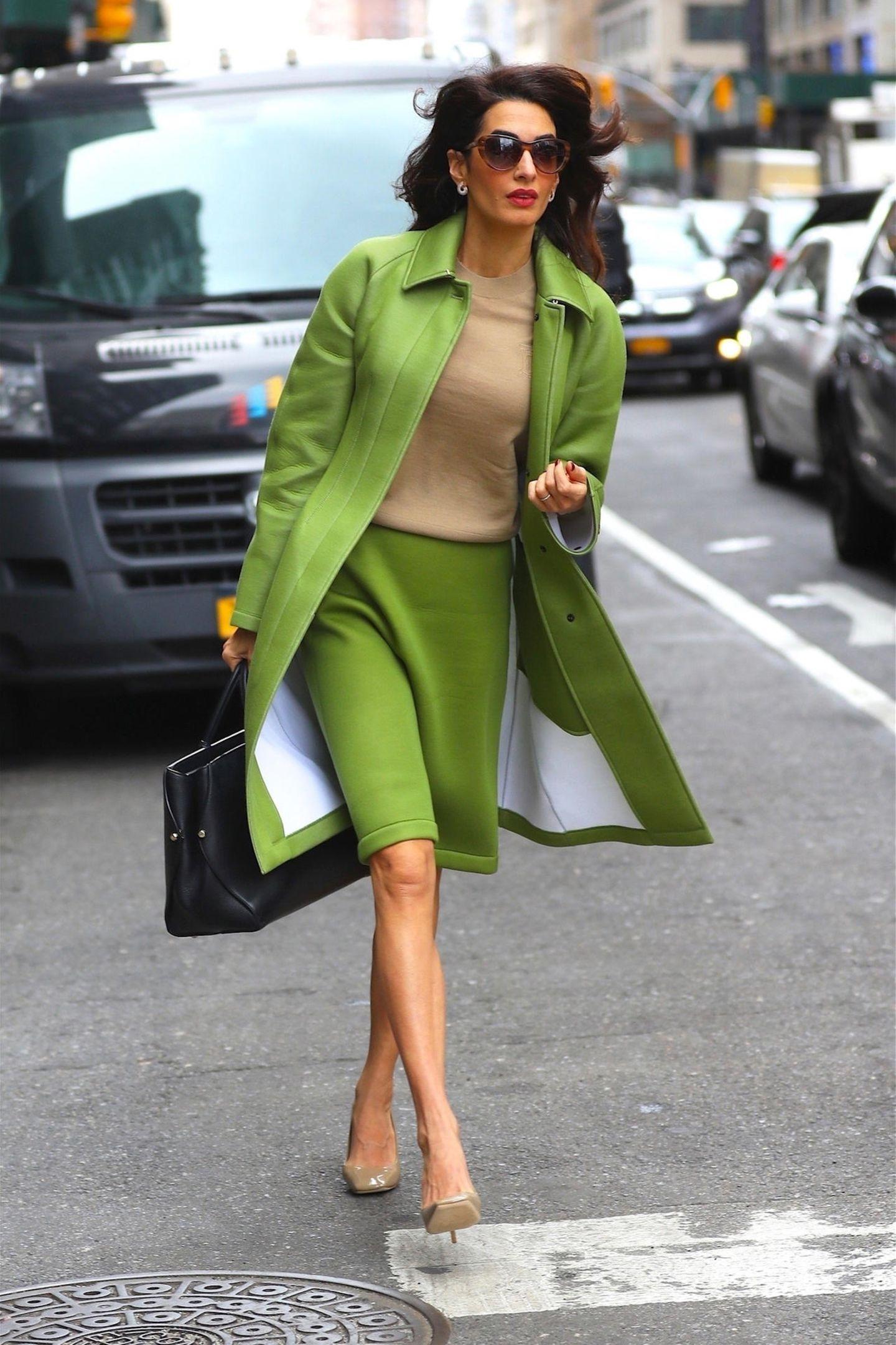 In diesem Look übersieht Amal Clooney garantiert niemand! Auf den Straßen New Yorks ist Amal in einem hellgrünen Neopren-Ensemble von Burberry unterwegs. Ein ausgefallener, aber dennoch klassischer Look - zumal die stilbewusste Anwältin bei der Schuhwahl (ebenfalls von Burberry) ein zurückhaltenderes Modell wählt. Ein Luxus-Outfit für um die 3.600 Euro.