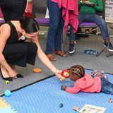 Prinz Harry + Herzogin Meghan: Während des Treffens bleibt sogar noch ein bisschen Zeit zum Spielen. Baby Archie hätte es bestimmt auch gefallen.