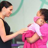 """Prinz Harry + Herzogin Meghan: Von Mutter zu Mutter spricht Meghan bei ihrem Besuch bei """"mothers2mothers"""", einer Organisation, die Frauen mit HIV in Afrika unterstützt."""