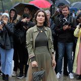Sängerin Camila Cabello trotzt dem Pariser Regen und posiert vor der Show von Dior fröhlich für die Fotografen.