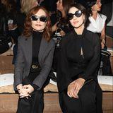 Lässiger als Isabelle Huppert und Monica Bellucci bei Dior kann frau nicht auf den Beginn einer Modenschau warten.